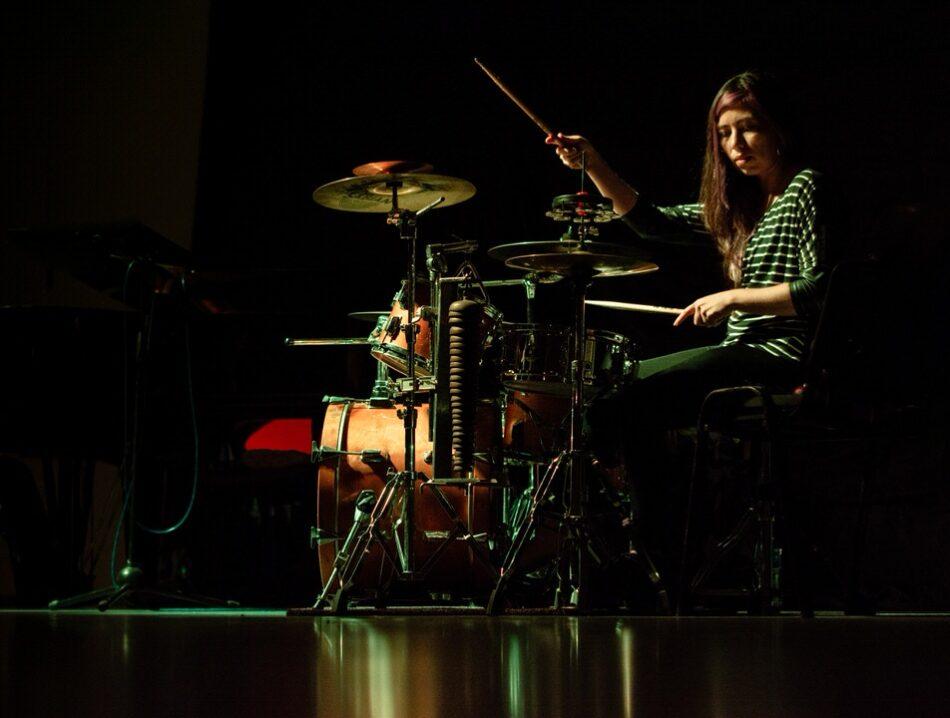 女性がドラムを叩く時の姿勢